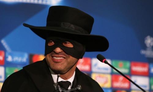 Paulo Fonseca disfrazado del zorro en rueda de prensa